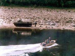 Переправа на моторной лодке