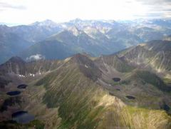 Суровый скальный мир гольцов украшают озера, альпийские луга